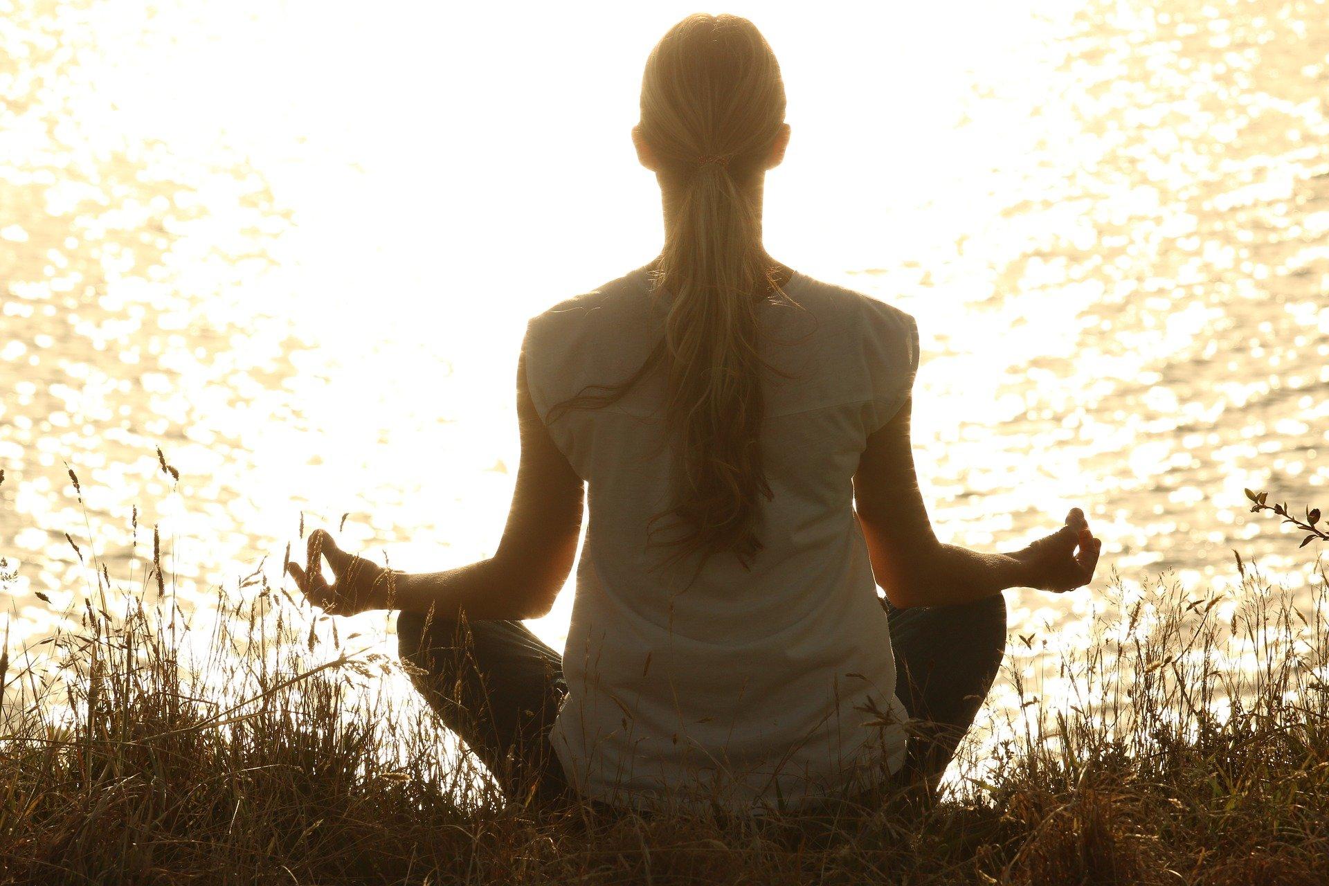 ingredientes para gestionar el hambre emocional, meditación